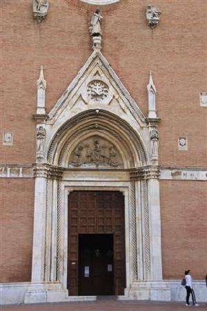 Basilica di San Francesco: 门口