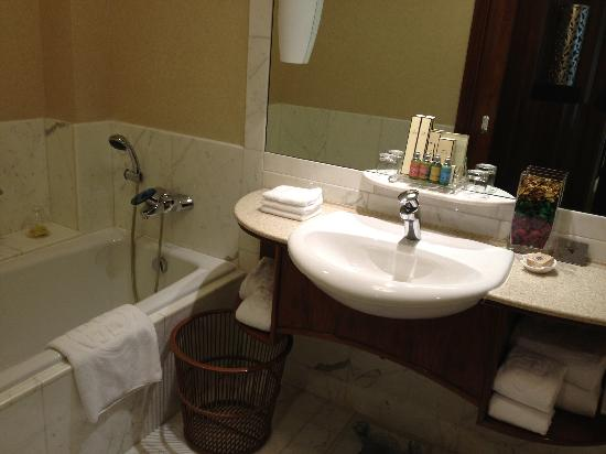 Shangri-La's China World Hotel: 浴室