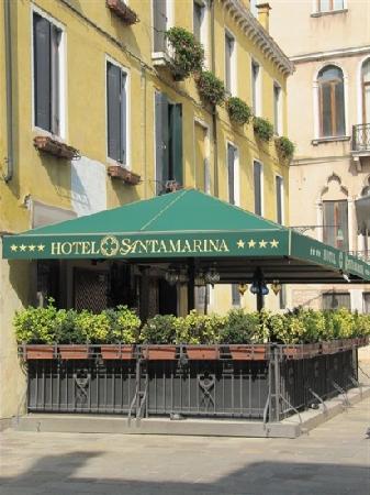 Santa Marina Hotel: 门前
