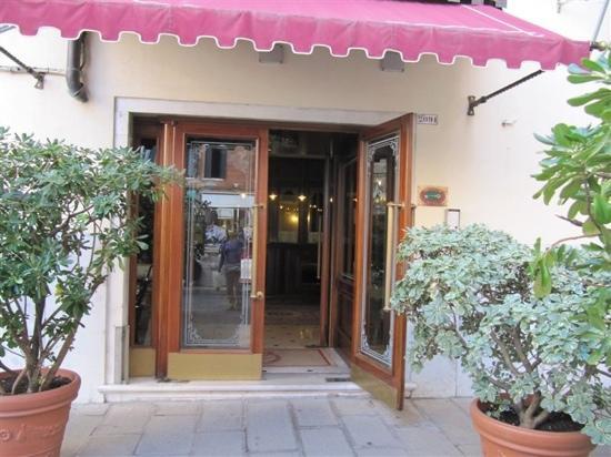 Hotel Violino d'Oro: 门前