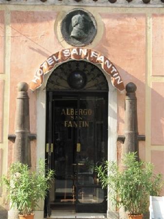 Hotel San Fantin: 门口