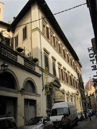 Hotel Balcony: 门前