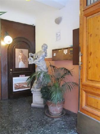 Hotel Guelfa: 门内
