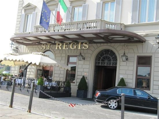 The St. Regis Florence: 门前