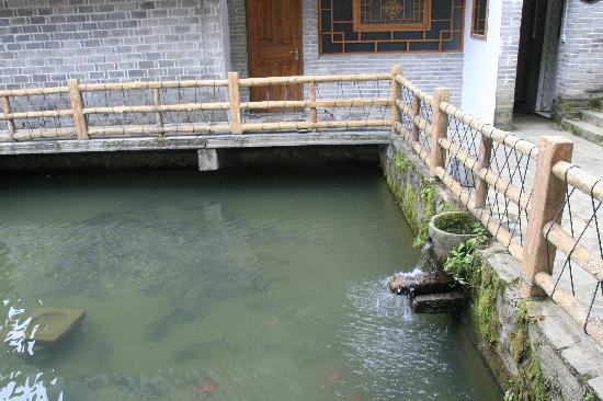 Linxiang, Çin: 四合院中环抱一口清潭