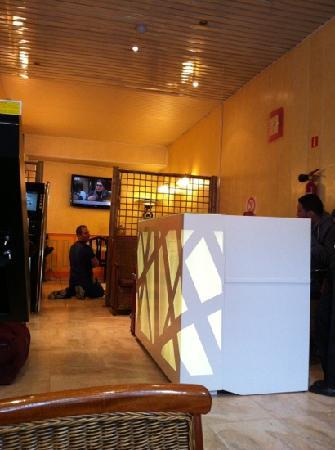 Hotel de l'Exposition - Republique: hotel lobby+breakfast dinning hall