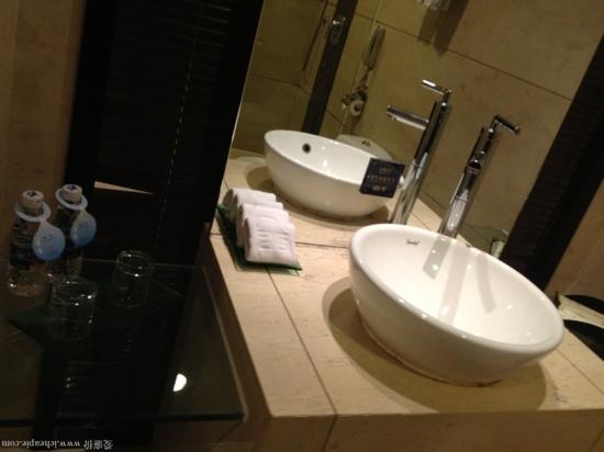 Starway King Garden Hotel: 商务双人房浴室