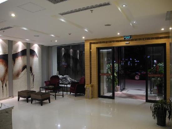 Bowei City Ilonn Hotel Puyang Stadium Store: 大厅