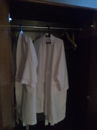 Xinluo Hotel: 有两件浴服,挺好。