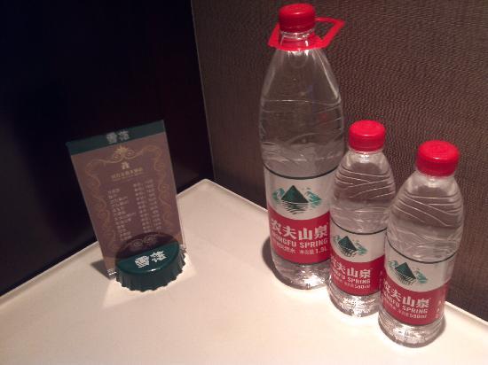 Shidai Haojue Hotel: 饮用水及价目表