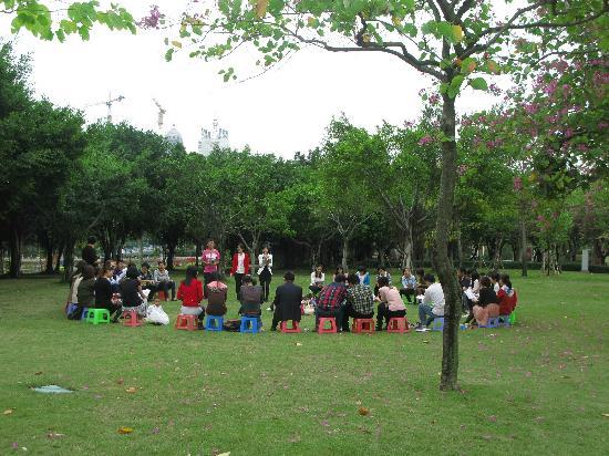 Xiamen Bailuzhou Park: 周末集会,他们围成一圈在唱圣歌。