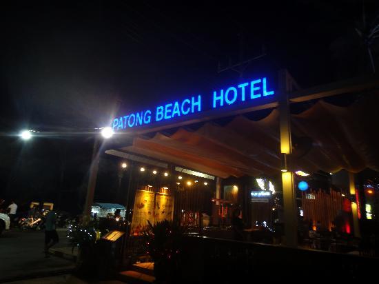 Patong Beach Hotel: 到海滩边就有酒店招牌了