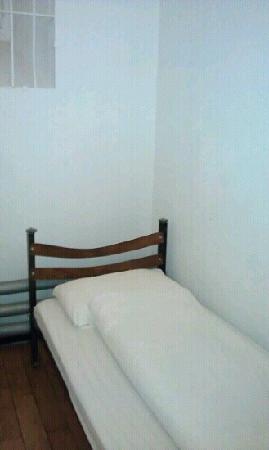Jailhotel Loewengraben: 酒店的床
