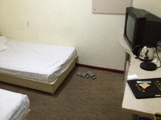 Huiting hotel: 没窗户,大家可以看看算上床有多大