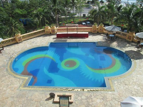 Golden Phoenix Seaview Hotel: 楼下酒店泳池