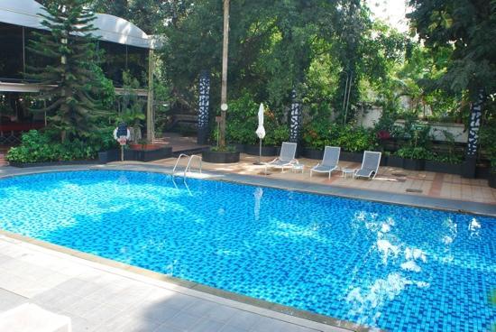 Le Meridien Bangalore: 游泳池,室外,11月底的温度还是非常舒服的