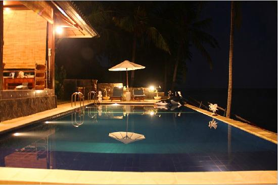 Villa Alba Dive Resort: 泳池夜景