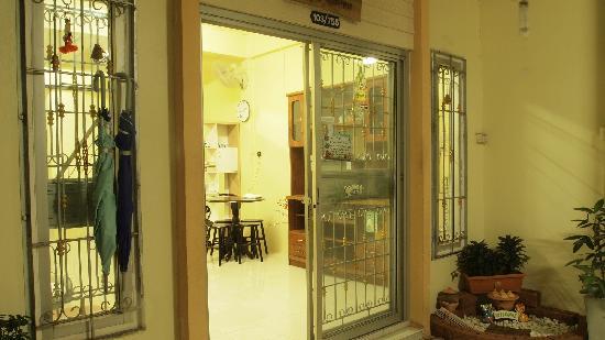 Serene Guest House: 正门脸,简单