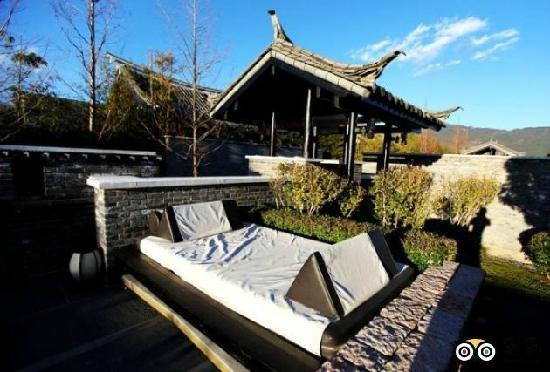 Banyan Tree Lijiang: 院子里的大床