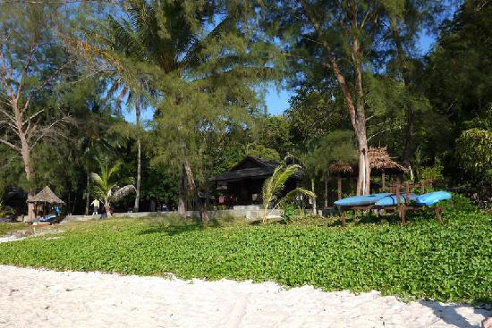 Perhentian Island Resort: 从沙滩看PIR