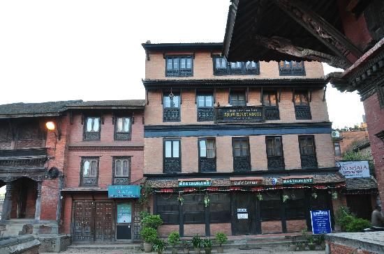 Shiva Guest House1 & 2: 2楼窗户打开的那间就是我住的啦,开窗就能看到整个杜巴广场。
