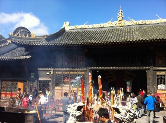 Xichang Lingshan Temple : 灵山寺香火很旺的!