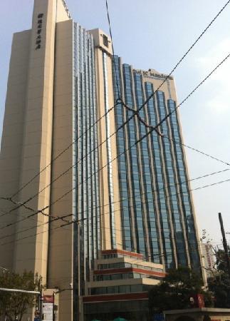 Shanghai JC Mandarin Hotel: 远处仰视