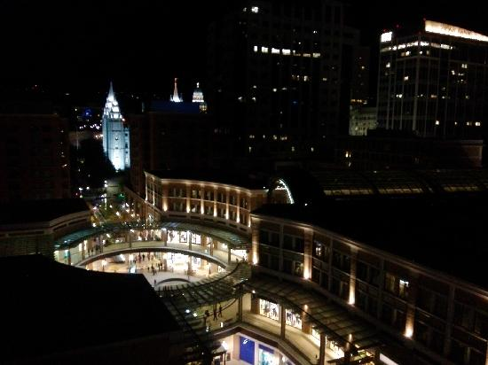 Salt Lake City Marriott City Center: 窗外Night view - The City Creek Shopping Center