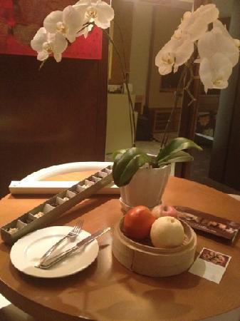Doubletree by Hilton Beijing: 套房哦,欢迎礼全套