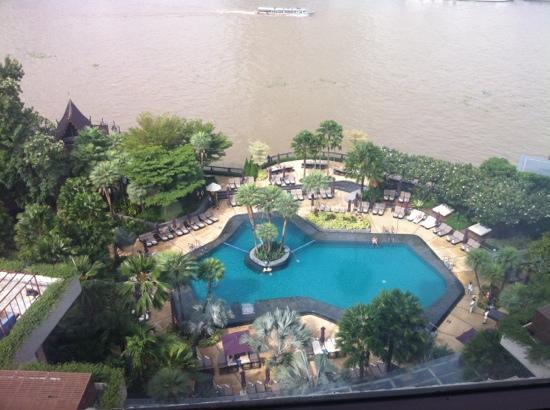 La Residence Bangkok: 从江景房望下去的游泳池