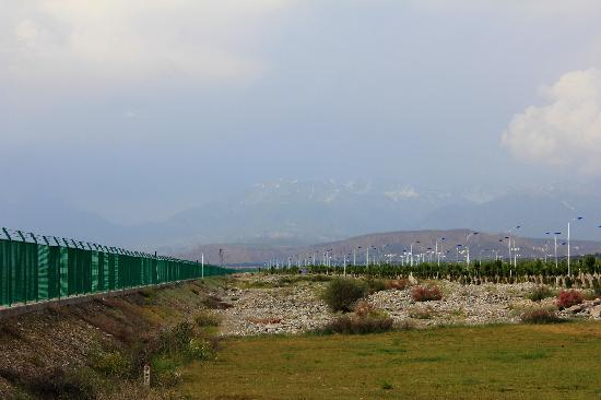 Huocheng County, Çin: 霍尔果斯口岸,隐约可见哈萨克斯坦的雪山