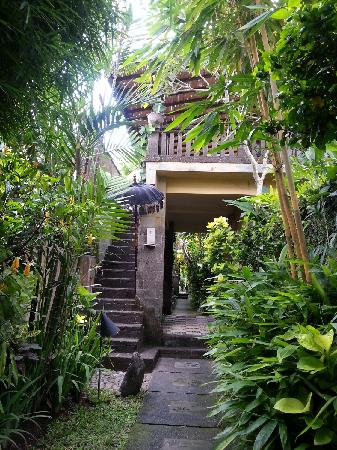Barong Resort and Spa: 通往二楼Villa的石板楼梯