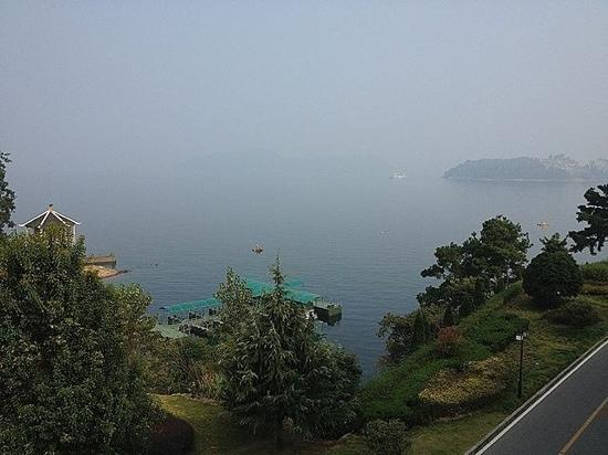 Tachee Island Holiday Hotel Qiandaohu : 酒店窗外的湖景