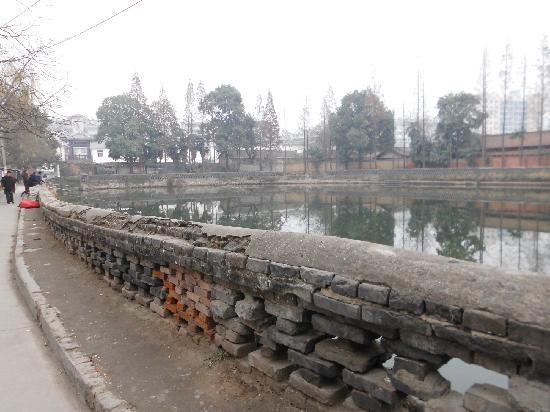 Hanzhong, Китай: 这是饮马池北面与东面的现状