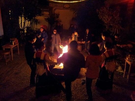 Jiuyu Village Shuhe Inn: 篝火、跳舞、烧烤,简单的快乐!