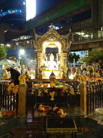 Erawan Shrine (Thao Mahaprom Shrine): 夜晚四面佛
