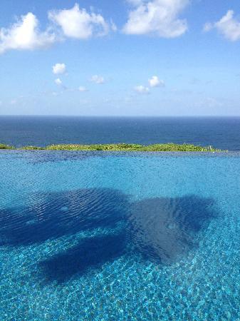 Alila Villas Uluwatu: Blue of the pool, sea and sky