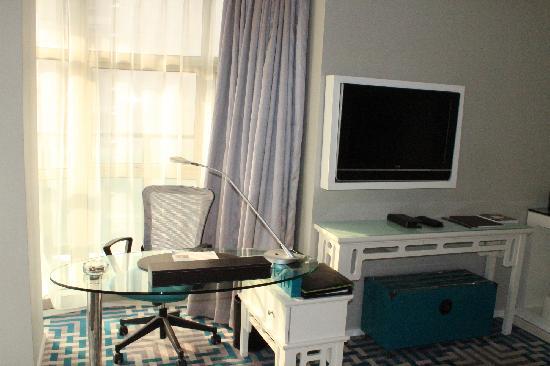 Dorsett Shanghai: 电视,写字台