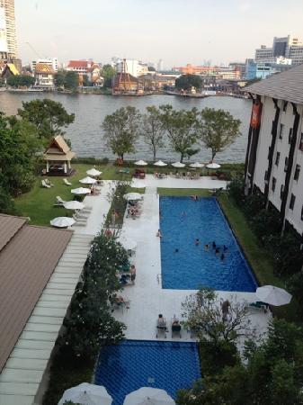 ibis Bangkok Riverside: 酒店外面的泳池和湄南河