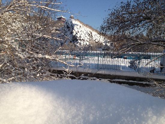 Maitian International Youth Hostel: 大雪过后的麦田旁