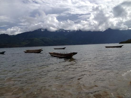 Genu Wanzi of Lugu Lake : 门外对面绵延的山