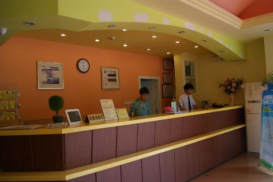 Home Inn (Kunming East Railway Station) : 酒店前台