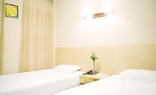 Xingjia Hotel: 明亮简洁的房间