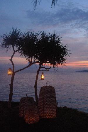 Alila Manggis: 蜜月大餐 酒店会特别布置在海边伴着夕阳 超浪漫