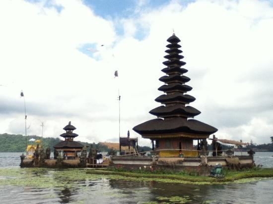 Ulun Danu Temple: 漂亮的湖中寺庙