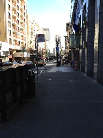 Hostelling International- San Francisco/ Downtown: 旅馆门口的街道,到晚上还是挺热闹的,挺安全