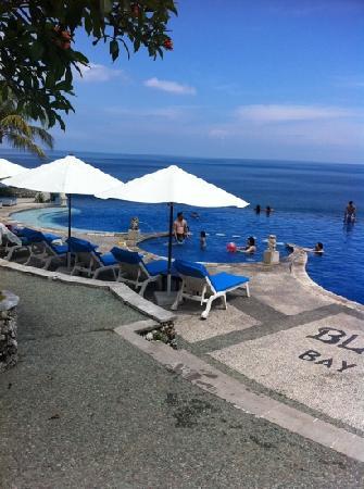 Blue Point Bay Villas & Spa: 魅力的无边泳池