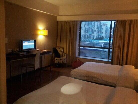 Foshan The Green Apartment Hotel: 最钟意的落地玻璃窗