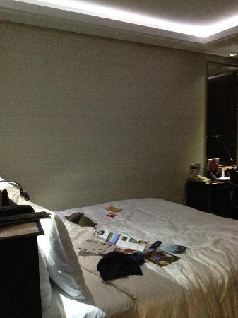 Minya Hotel Pudong Shanghai: 床很大,房间很小,基本没有活动空间