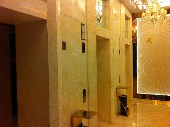 Dorsett Shanghai: 电梯